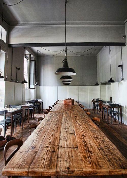 Toujours tellement adoré les loooongues tables en bois brut