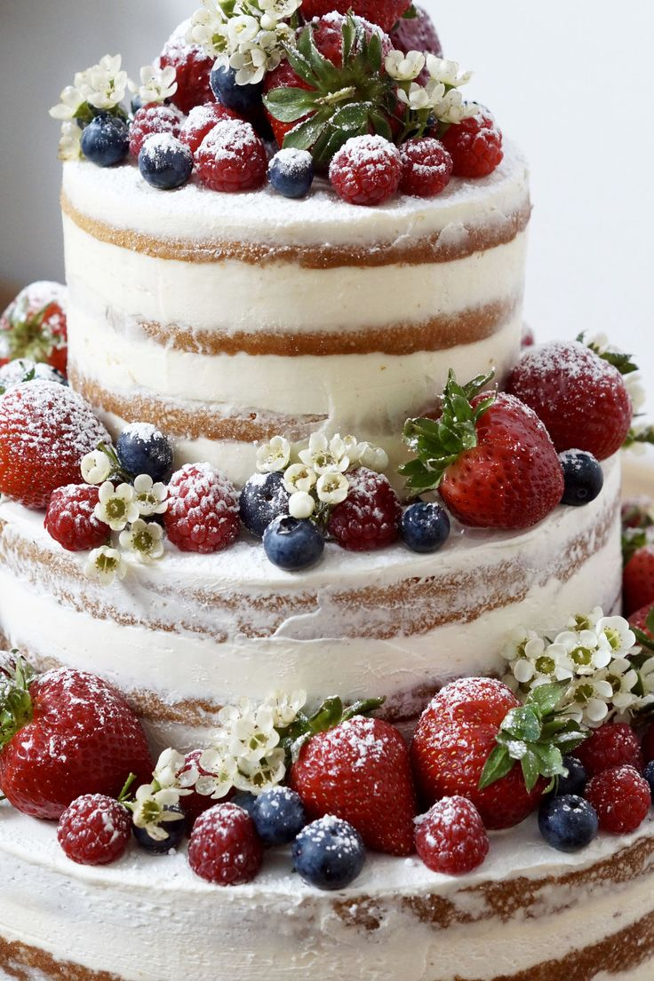 Hochzeitstorte mit Beeren, Naked Cake, dreistöckig, Hochzeitstorte ohne Fondant