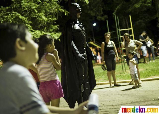 Pensiunan polisi Brasil Andre Luiz Pinheiro, 50, berpakaian sebagai pahlawan super Batman, berjalan di Santa Terezinha Square di Taubate, Brasil.