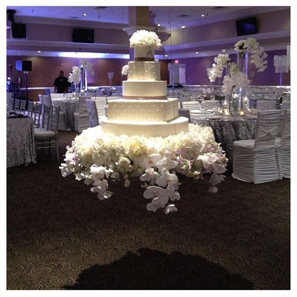 Torta de boda suspendida con una recepción de estilo moderno con sillas forradas en spsndex drapeado. #DecoracionBoda