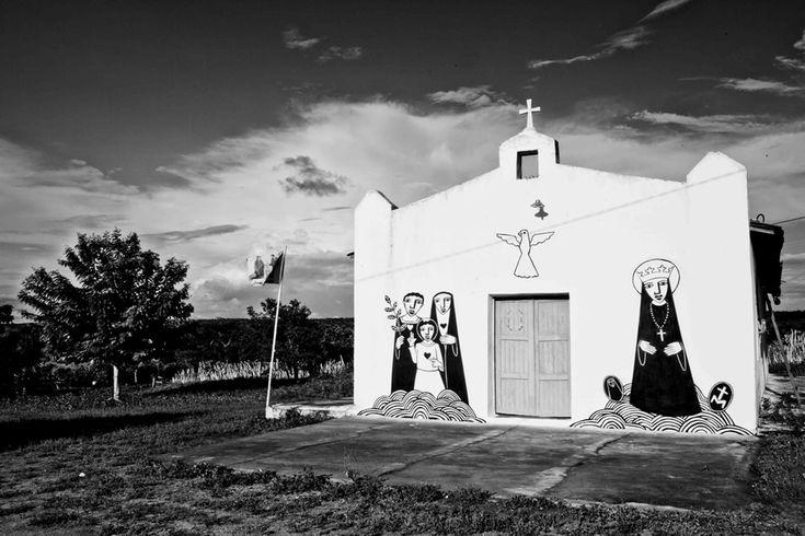 A exposição Ouro Branco é o resultado de uma residência do artista Derlon em uma comunidade rural do sertão do Ceará.