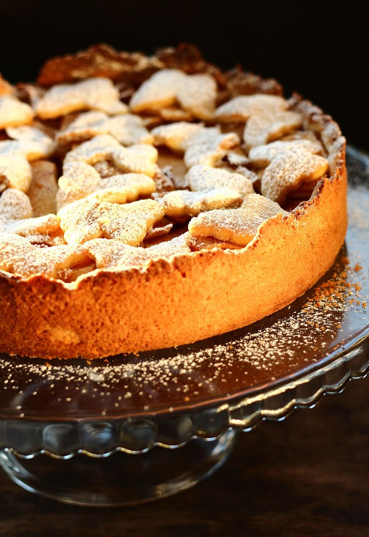 Szarlotka. Delikatne, kruche ciasto, które zawsze wychodzi i gruba warstwa kwaśnych jabłek – połączenie idealne. Szarlotka nie jest zbyt słodka i ma delikatny posmak cynamonu.