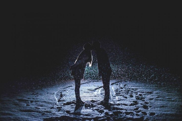Картинка 900x600 | Силуэт парня и девушки, целующихся на зимней дороге | Любовь, Силуэты, фото #картинки#фото#силуэт#любовь#поцелуй#kiss#снег#зима#ночь#love