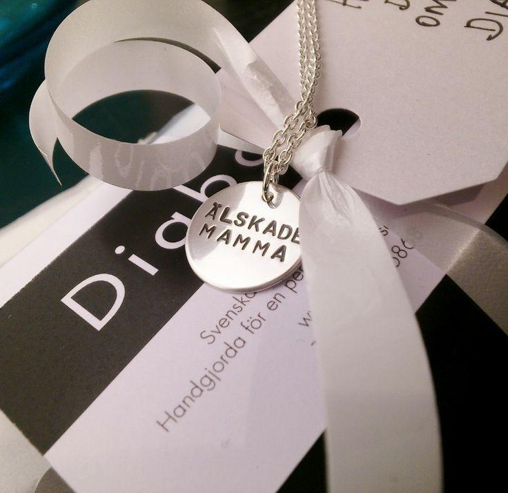 """Hänge """"Älskade Mamma"""" via Diabate smycken."""