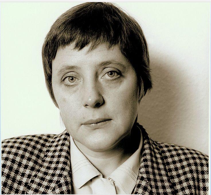 """Angela Merkel ovvero Rebbekah Dorothea Kasner ebrea aschenazi. Il sito della Bild pubblica una foto del 1972 in cui l'attuale""""cancelliera tedesca""""indossa un'uniforme da giovane volontaria civile della DDR. La Kasner lavorò non ufficialmente per la""""STASI"""" il sevizio segreto della DDR. Il suo nome in codice """"IM Erika"""",IM: Inoffizieller Mitarbeiter, impiegata non ufficialmente. La Kasner maschera le sue agende ideologiche indossando il cognome di un suo primo marito Ulrich Merkel"""