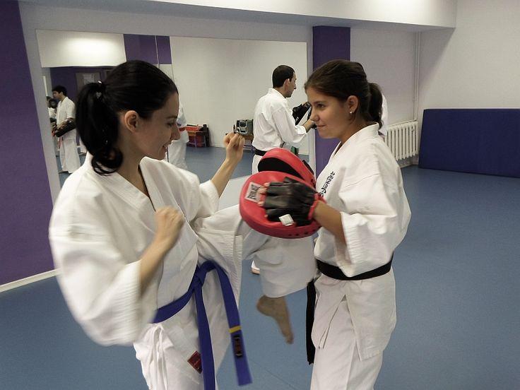 Karate Kyokushin Sibiu - Antrenament la palmare si perne - Tehnica de picior, Hiza Geri