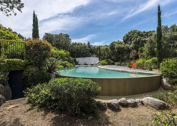 Enserrée dans son écrin végétal, la piscine a réussi son parti pris de naturel et de beauté.