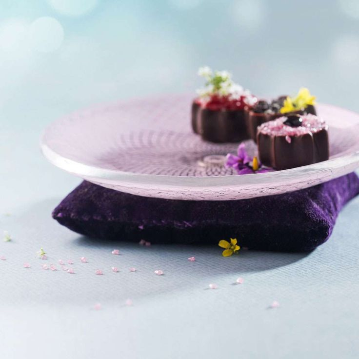 Darle is sweet, feminine and sophisticated! Darle is a small petit fours plate in sweet soft shell pink with our Venetian Filigree pattern, on a velvet cushion. Your guests will be amazed by your sophisticated sense of style when, at your next event, you present them tasty petit fours on Darle!