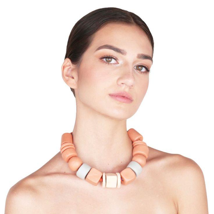 Gargantilha CANARÃ – Gargantilha em cerâmica nas cores naturais do barro. Cordão étnico 100% algodão. Fecho de metal com banho ouro envelhecido. Veste um pescoço de até 38 cm.