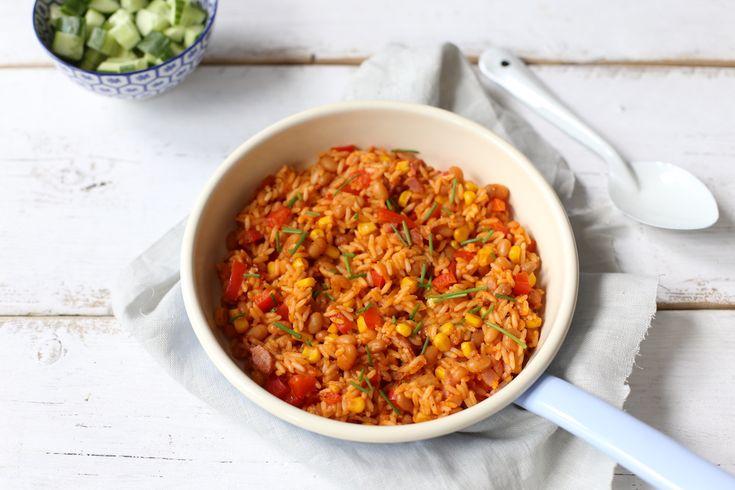 Snel rijstgerecht met ui, paprika en witte  boontjes in tomatensaus.