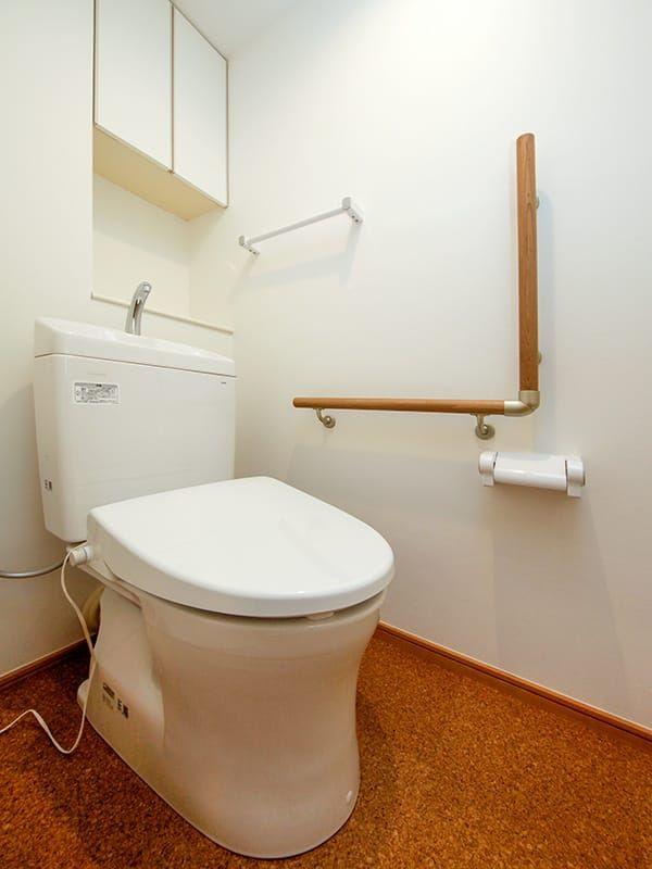 トイレの床もコルクタイルを採用 L字型の手すりを取り付けました
