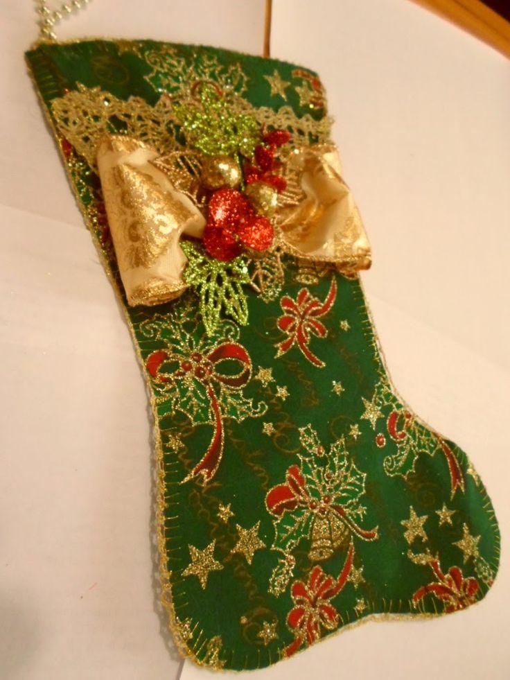 Christmas booties handmade detail. Botita navideña con borde a crochet en hilo 40/2 doble y una hebra de hilo dorado metálico  más aplicaciones en cinta y fantasía.