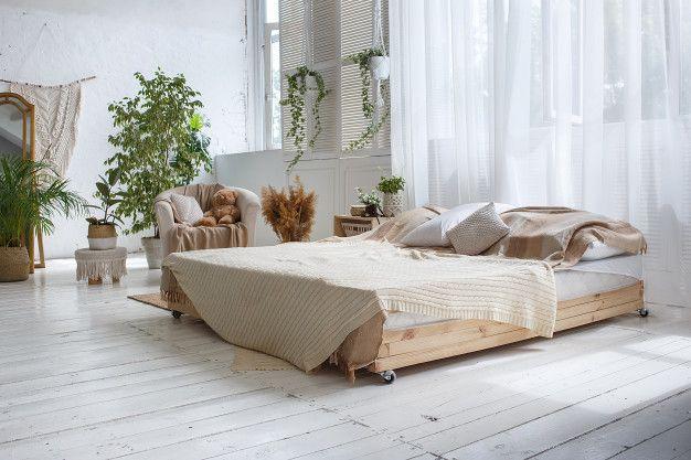 Stylowa Przytulna Sypialnia Na Poddaszu Z Podwojnym Lozkiem Fotelem Tropical Bedrooms Tropical Interior Tropical Master Bedroom