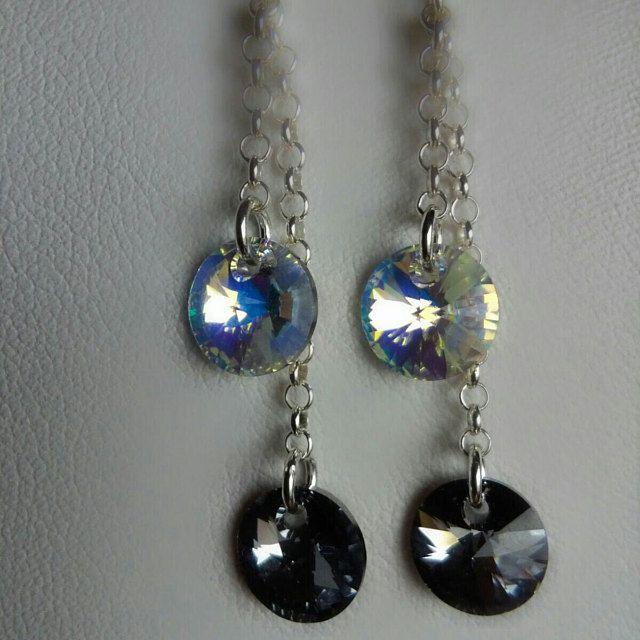 Orecchini pendenti con monachella e catena argento 925. I rivoli Xilion Swarovski da 8mm nei colori Crystal Light Chrome e Crystal Aurora Boreale donano agli orecchini lucentezza e brillantezza
