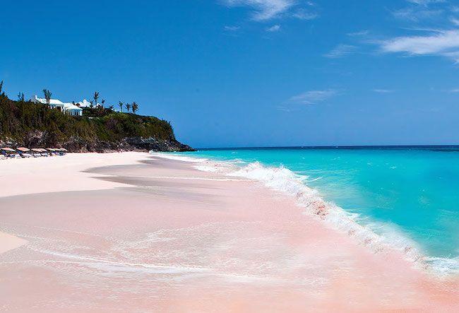 Praia de Areia Rosa, Bahamas. A terna areia rosada das Bahamas é pigmentada por restos de corais, fragmentados pela arrebentação das ondas.