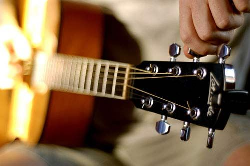 Online Guitar Tuner - Online guitar tuner to help you tune a guitar quickly and easily in standard tuning. Also supports alternative tunings.