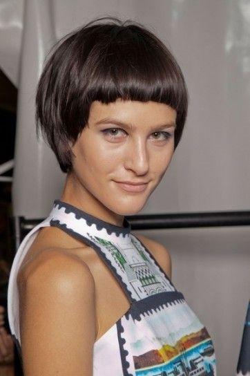 Taglio di capelli per l'estate 2013 con frangia corta e bombata