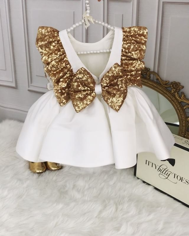 Ezmeralda-Kleid in Weiß ⚜️ Auf Lager und versandfertig Hier bestellen www.ittybittytoes … Weltweite Lieferung ✈️ittybittytoes
