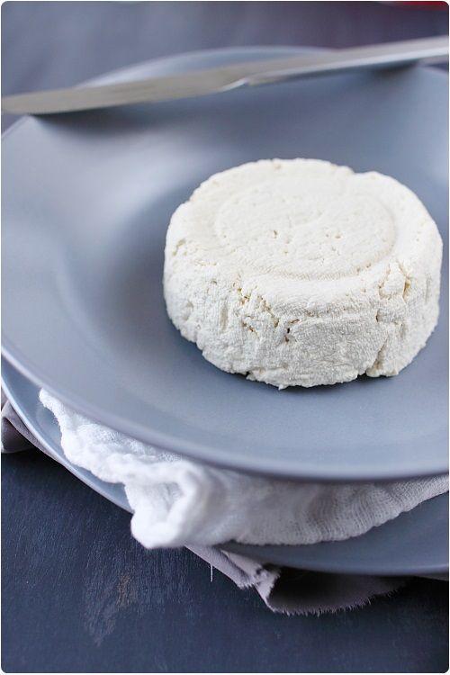 tofu ferme. Pour 150 g de tofu (environ)  1 litre de lait de soja 10 cs de vinaigre d'alcool (ou de jus de citron) un moule à tofu ou une boite en plastique percée Gaze