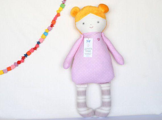 Muñeca de trapo rosa bebé eco, primer recuerdo suave muñeca. Muñeca de tela de niño. Ducha de bebé niña. Muñeca para dormir. Abrazo rubia rosa muñeca hecha por Jumata. Encantadora rosa personalizada hecha a mano muñeca amorosamente nace de nuevas telas de alta calidad por mí, Jurate, en mi estudio en Lituania (Europa). Perfecto como un regalo especial de cumpleaños o bautizo, regalo de Pascua. La muñeca hace un regalo perfecto de una sola vez y está hecha para ser acariciado…