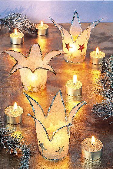 Holen Sie sich mit diesem Windlicht Weihnachten ins Haus. Das Windlicht ist eine stimmungsvolle Weihnachts-Deko für den Tisch oder für die Fensterbank. Und so geht's.  © Christophorus Verlag
