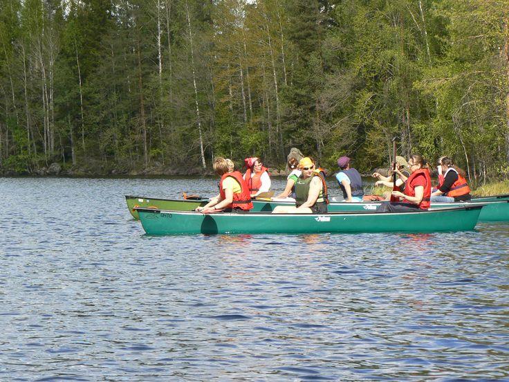 Työporukan kanssa yhdessä järvellä