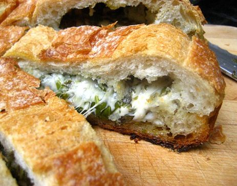 Stuffed Bread with herbsCheesy Herbs, Stuffed Breads, Cheese Italian, Cheese Breads, Bought Breads, Food, Easy Recipes, Stuffed Cheese, Potlucks Appetizers