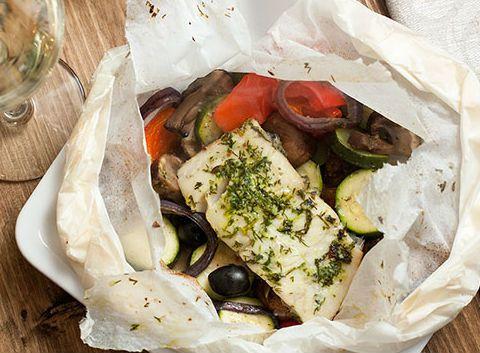 Запеченная рыба в пергаменте с овощами в духовке - рецепт с фото