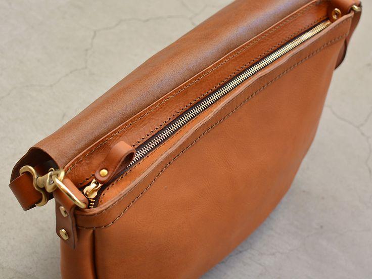メッセンジャーバッグのように短く掛けたり、普通のショルダーバッグとしての斜め掛け、レディースバッグのような肩掛けなど使い分けが出来るハンドメイドレザーのショルダーバッグです。【Organ/オルガン】