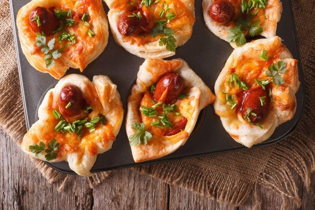 Мини-пицца с охотничьими колбасками. 10крутых рецептов для всех, укого завалялась форма для кексов