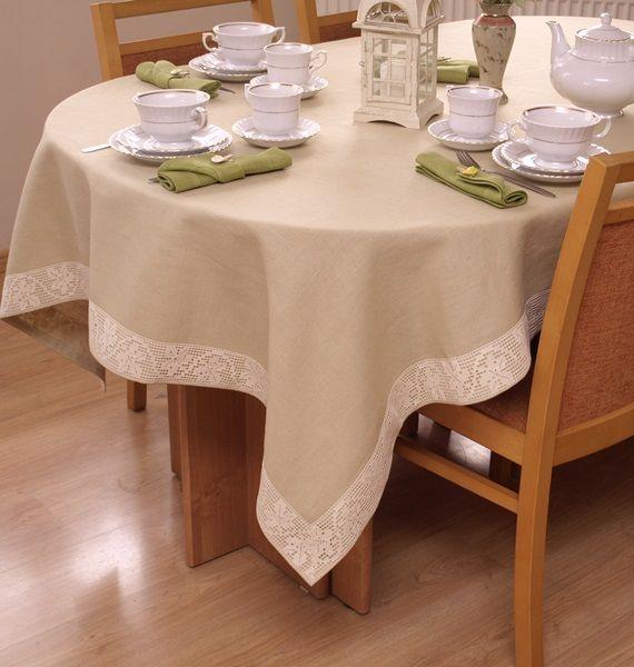 Piękny obrus w cieplej koloryzacji wykończony koronką. Na duży stół prostokątny lub owalny.