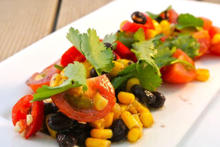 In de zomer heb ik altijd meer zin in een salade, vandaar dat we weer een recept hebben voor een salade. Deze keer met bonen, mais, tomaat, ui, koriander, rode peper en knoflook. Tijd: 10 min. Recept voor 2 personen (bijgerecht) Benodigdheden: 200 gram zwarte bonen of chilibonen 75 gram maïs 5/6 cherrytomaatjes 1 rode...Lees Meer »