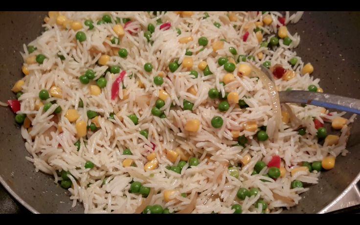 Gebakken rijst Nodig: *Olie, ui, knoflook en verse peper * Mexico mix (Bonduelle) erbij tot dat deze     gaar is. Rijst erbij. Zout en eventueel selderij toevoegen.