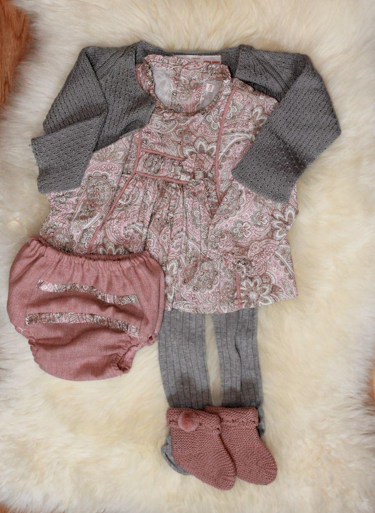 Conjunto bebé 6 meses. Vestido y cubrepañal de Tucusitos, chaqueta Zara kids, leotardos grises Condor y patucos tejidos a mano.