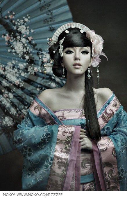 Japanese doll  (via Awesome Photography / 0789dc1c-2f79-44bc-8b73-f4c17b2b35b8.jpg 437 × 679 Pixel)
