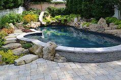 quiere ver una impresionante piscina y spa en un pequeño patio trasero, paisaje, vida al aire libre, estanques de las características del agua, diseños de la piscina, spa, Piscina Se detuvo fuera del patio para crear un seatwall que tus amigos puedan sentarse a la derecha en el borde de las aguas
