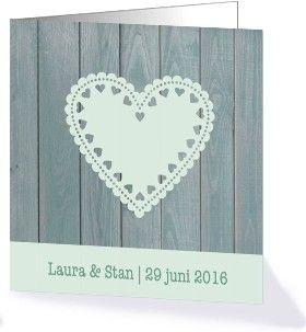 Stijlvol houten trouwkaartje met hart uit de collectie Stijlvolle trouwkaarten van Kaart op Maat.