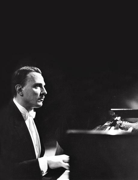 Who are some great piano soloists?