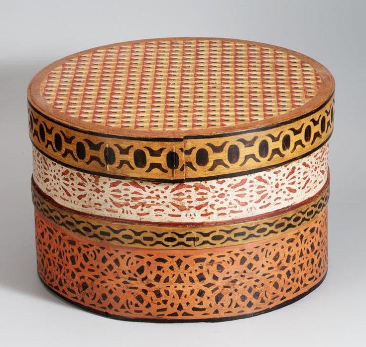Spanen doos, 1700-1850 Kleine kledingstukken werden in Marken veelal bewaard in dozen, tonnetjes en kisten. De dozen werden gestapeld. Tussen de dozen lagen geborduurde kleedjes ter bescherming van de decoratie op de deksels. De spanen dozen komen uit Duitsland, uit het Zwarte Woud. De oudste zijn versierd met kleine motiefjes. #NoordHolland #Marken