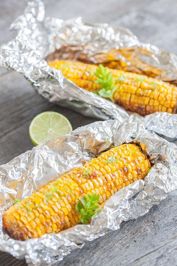 Deze maiskolven uit de oven met een pittige botersaus zijn heerlijk als bijgerecht voor op een barbecue. Recept voor 2 maiskolven.