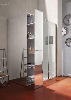 Twin Mini, nuova proposta della serie Twin di @vismaravetro, consiste in una cabina doccia abbinata strutturalmente ad un pratico vano estraibile con 5 utili ripiani, con superfici specchiate, integrato al lato fisso della cabina, per sfruttare una zona del bagno normalmente inutilizzata. | bagni piccoli, idea cabina doccia, recupero spazio in bagno