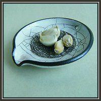 Třítko na česnek a odkládací talířek na sběračku, dva v jednom harisovaná keramika.