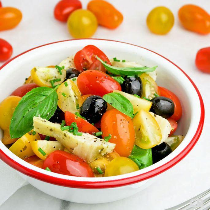 Gezond, snel klaar en zo lekker! Deze zomerse salade van cherrytomaatjes, artisjokkenharten, zwarte olijven en verse kruiden is een van onze toppers! Ideaal voor bij de BBQ!
