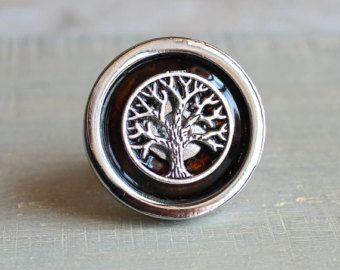 The Celtic Tree of Life symbolizes harmony and balance. Tree of life drawer pull in sunny orange and silver. These beautiful and unique knobs are a neat way to add some vibrant jewel tones to your cabinets, drawers or shelves. The pulls themselves are nickel plated and come with 2 screws.  *This knob also comes in the colors I have listed in the last picture. If you are interested in one of these colors and I dont have a listing for it message me and I will make it for you.  Measurements…