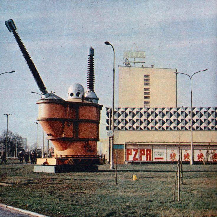 """Skrzyżowanie Aleksandrowskiej i Kaczeńcowej. Fabryka Transformatorów i Aparatury Trakcyjnej """"Elta"""". Na pierwszym planie widnieje instalacja identyfikująca się z zakładem. Obecnie pozostała betonowa podstawa. Rok 1971."""
