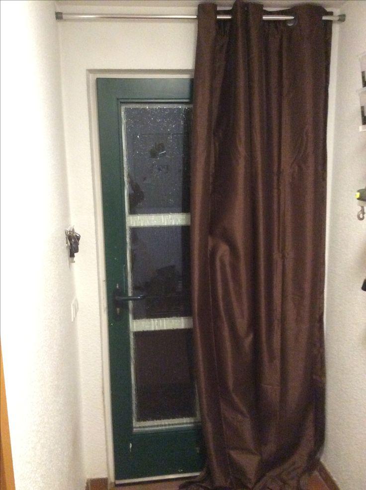 #Thermovorhang #Türvorhang #Kälteschutz #Heizkosten sparen. Ich hab eine Holztür mit Glasscheibe. Man hat richtig den Durchzug gespürt, also kamen selbstklebende Dichtungen in den Rahmen und einen Thermovorhang für 15€ an eine Duschborhangstange für 10€. und tatsächlich die Temperaturmessung (ca 40cm über dem Boden) ergab ein + 0,5 bis + 0,7 Grad und die Zugluft ist spürbar geringer.