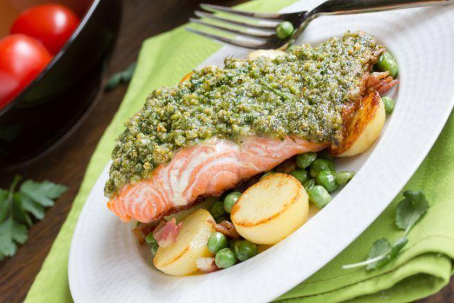 Ovviamente potete replicare la ricetta che vi propongo oggi anche con mandorle e noccioline americane, ma secondo me quella che riesce meglio, anche da un punto di vista cromatico, è il salmone in crosta di pistacchi e nocciole, un secondo leggero e gustoso che potete giocarvi per una cena