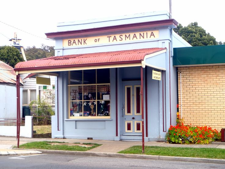 The old Bank of Tasmania that was robbed of cash and gold worth around $2,700 in 1884, it is now an Art Gallery and Souvenir store.