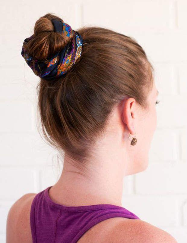 Un chignon avec un foulard Réalisez un chignon haut puis enroulez un foulard tout autour pour créer ce look bohème.