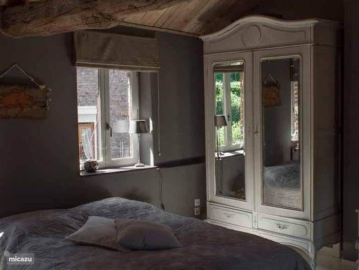 Een sfeervolle ruime tweepersoons slaapkamer.